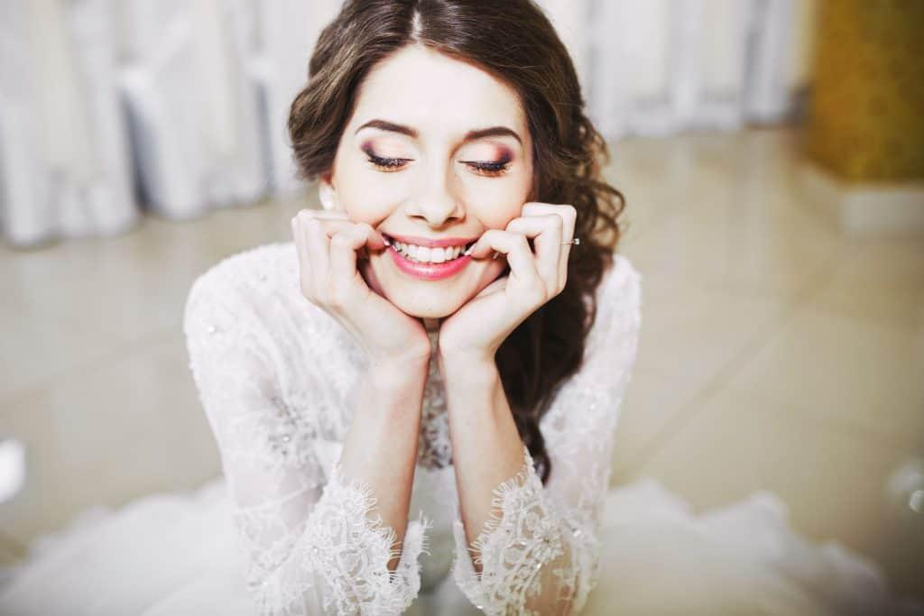 Hochzeitskleider lächeln